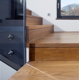 Detail photo of the staircase with Hakwood Promise flooring