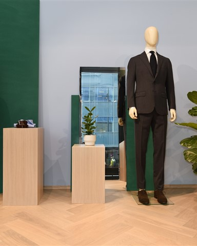 Hakwood Valor flooring with two mannequins