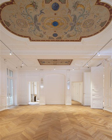 Hakwood Honest flooring with colorful ornaments at the ceiling