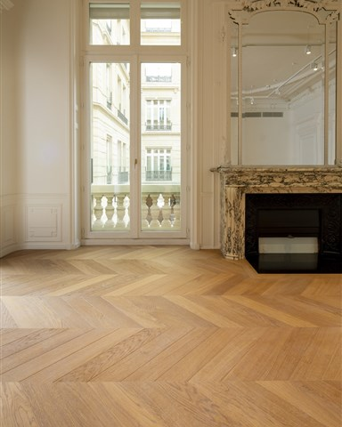 Hakwood Honest flooring with fire place
