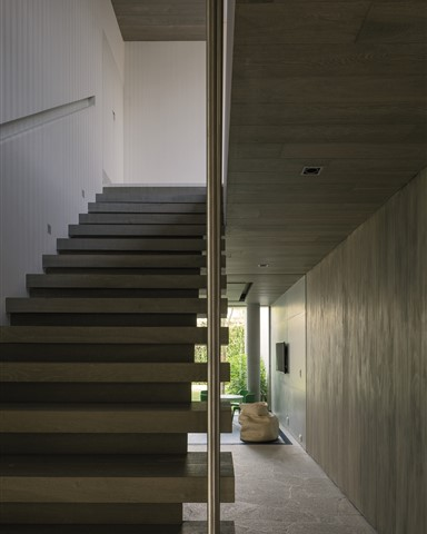 Staircase at hallway with Hakwood Balance flooring on the wall and ceiling - photo credits Leonardo Finotti