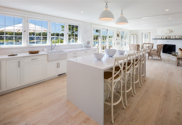 Kitchen Hakwood Vue flooring and beautiful view at garden